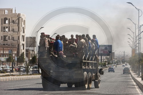 Soldaten werden auf einem LKW transportiert in Sanaa | Soldiers being transported on a truck in Sana'a ( Sanaa )