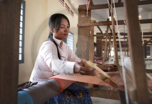 Frauen lernen weben am Webstuhl| Women learn how to weave on a loom