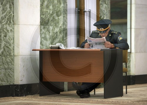 Wachmann im Parlament|Security guard in the Parliament