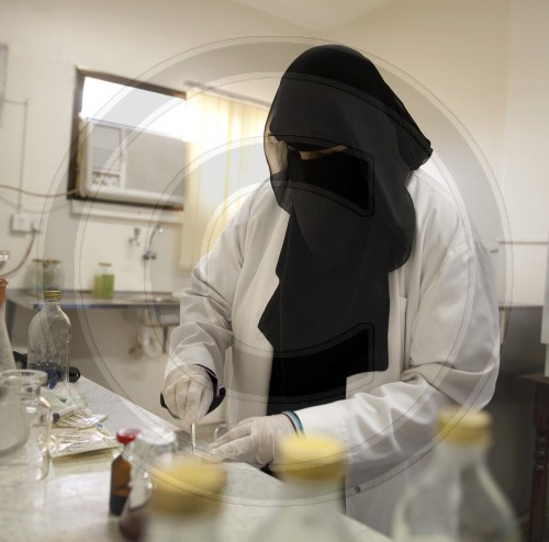 Laborantin im Klaerwerk im Jemen | Laboratory assistant in sewage treatment plant in Yemen