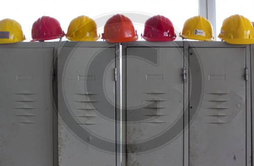 Sicherheitshelme auf Spinten | Safety helmets on lockers
