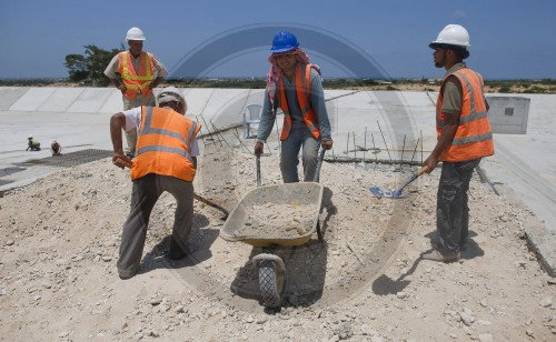 Workers at the construction site of the sewage treatment plant Sheikh Ajleen, Gaza City / Palestinian Territories. 14.06.2011