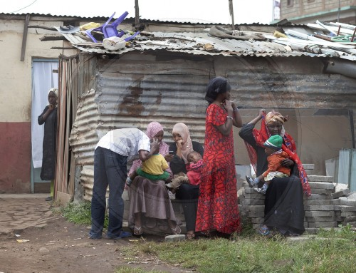 Frauen in einem Armenviertel in Nairobi|Women in a slum in Nairobi