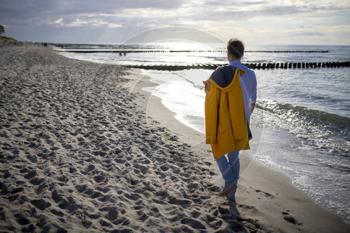 Mann am Strand in Ahrenshoop